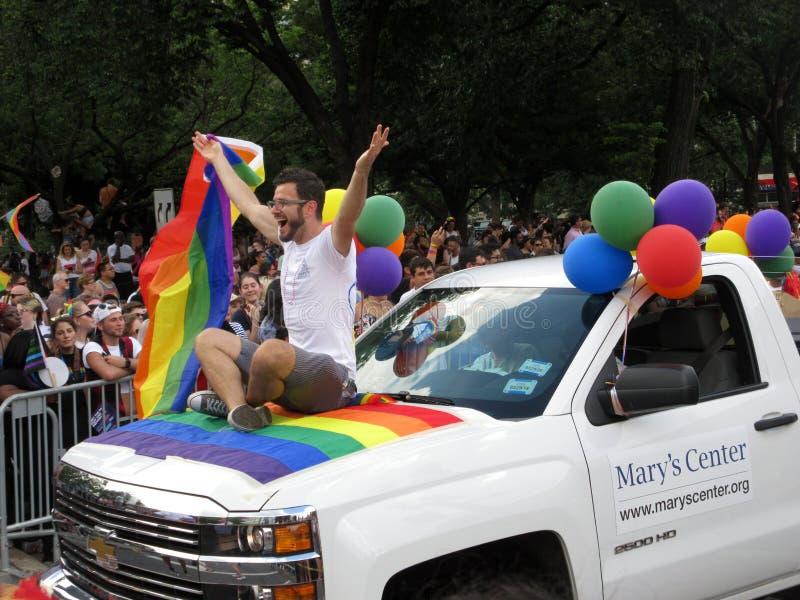 Gelukkige Mens in Hoofdpride parade in Washington DC stock afbeelding