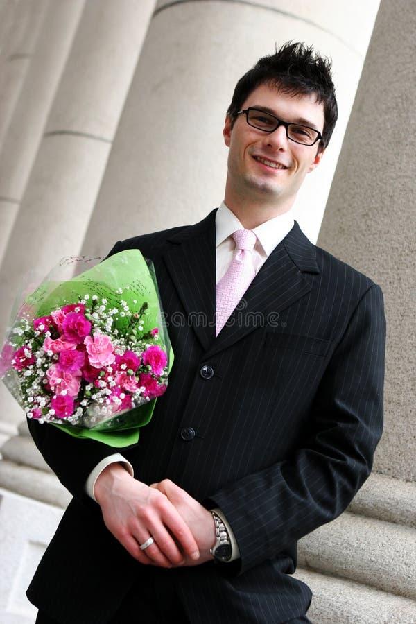 Gelukkige mens met bloemen royalty-vrije stock foto's