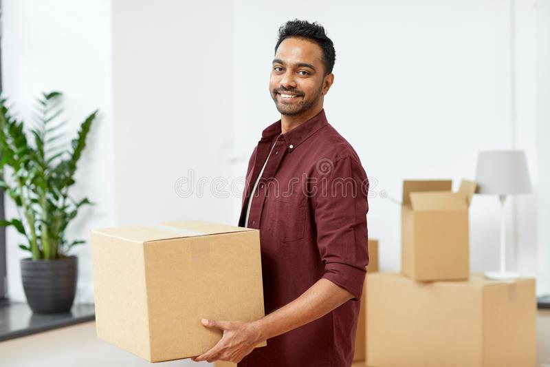 Gelukkige mens met doos die zich aan nieuw huis bewegen royalty-vrije stock foto's