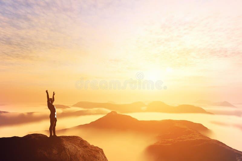 Gelukkige mens met handen omhoog op de bovenkant van de wereld boven wolken Rooskleurige Toekomst