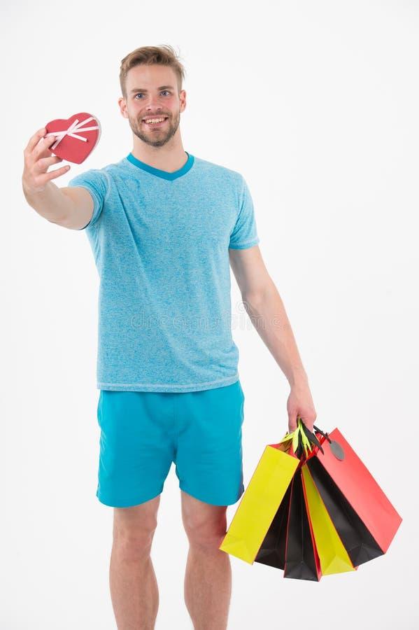Gelukkige mens met hart en het winkelen zakken die op wit worden geïsoleerd Machoglimlach met kleurrijke document zakken Manierkl royalty-vrije stock fotografie