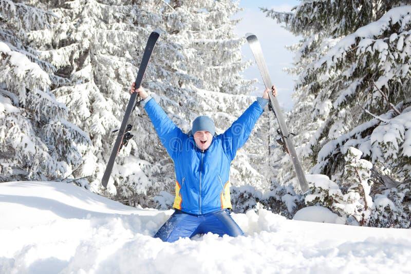 Gelukkige mens met ski stock foto