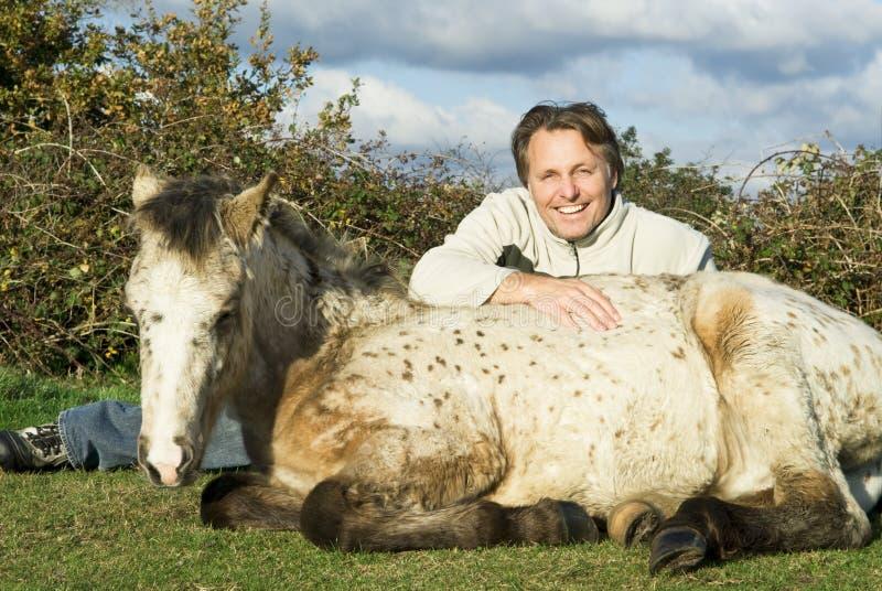 Gelukkige mens met zijn paard royalty-vrije stock afbeelding