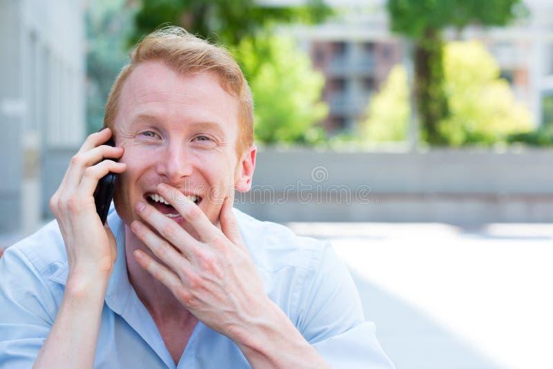 Gelukkige mens op cellphone royalty-vrije stock afbeelding