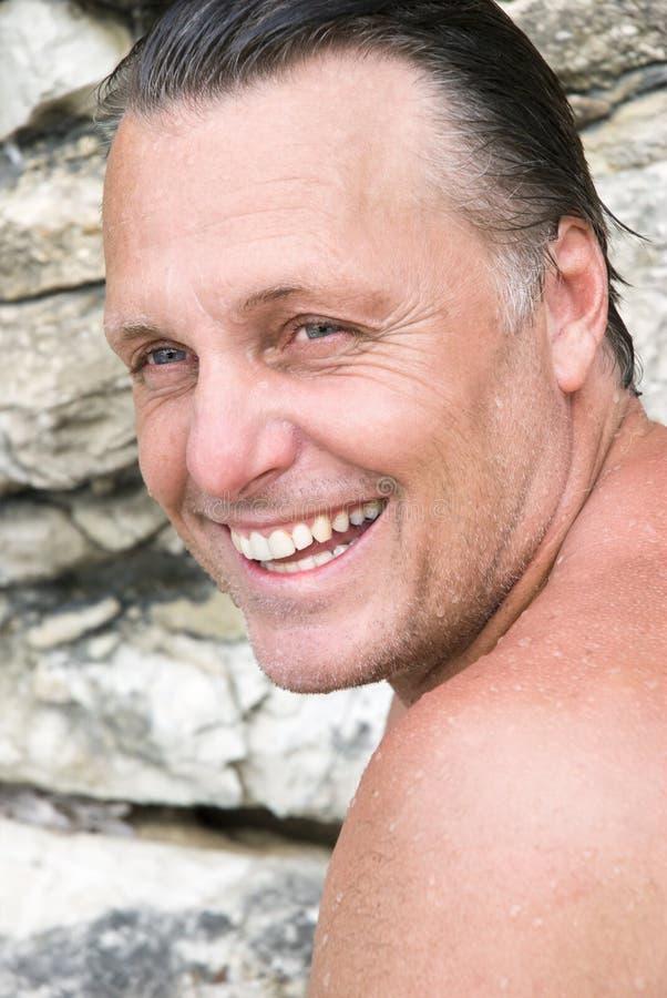 Gelukkige mens op het strand stock foto