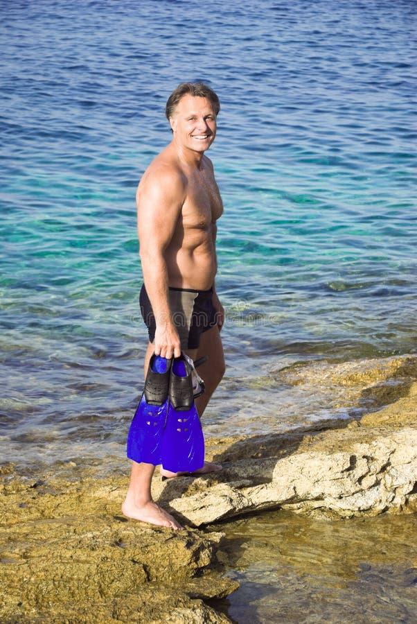 Gelukkige mens op het strand stock afbeeldingen