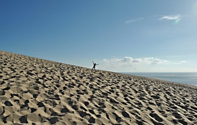 Gelukkige mens op het strand stock foto's