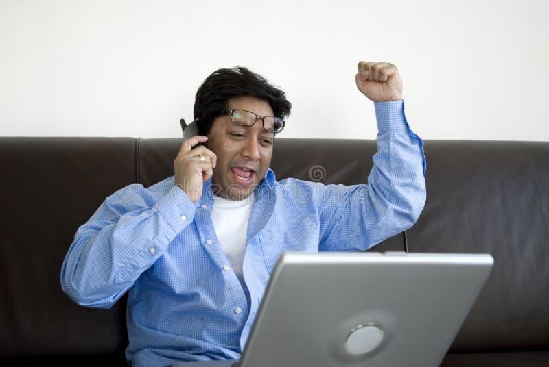 Gelukkige mens op laptop stock fotografie