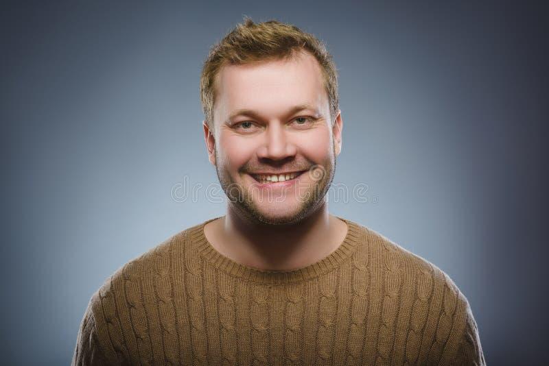 Gelukkige mens Portret van het knappe mens glimlachen geïsoleerd op grijze achtergrond royalty-vrije stock fotografie