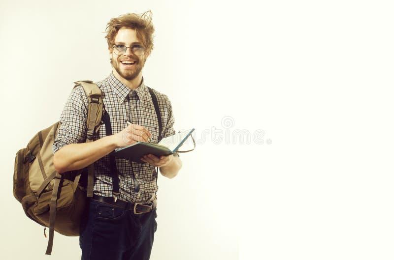 Gelukkige mens of studentenreiziger die met rugzak en notitieboekje glimlachen royalty-vrije stock foto