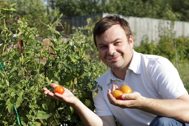 Gelukkige mens in tuin royalty-vrije stock afbeeldingen