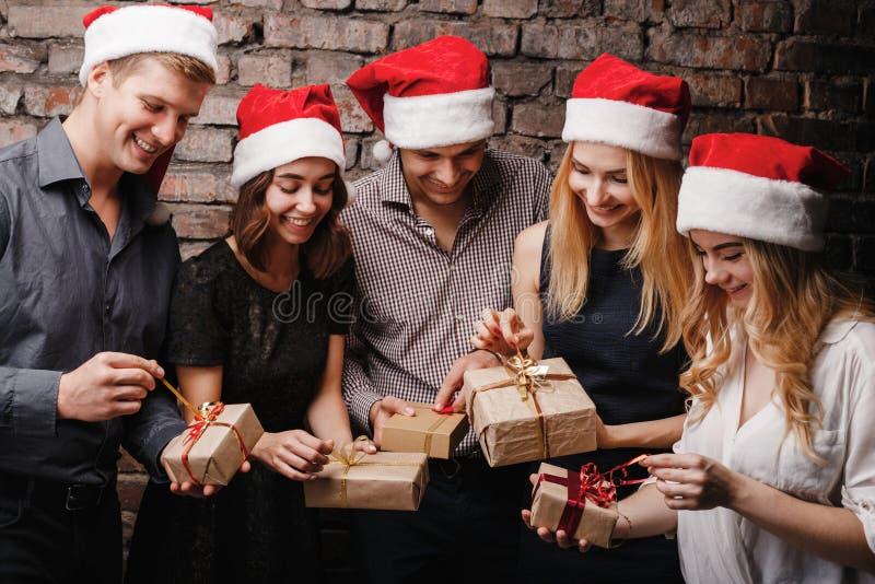 Gelukkige mensen die de dozen van de Kerstmisgift openen royalty-vrije stock fotografie