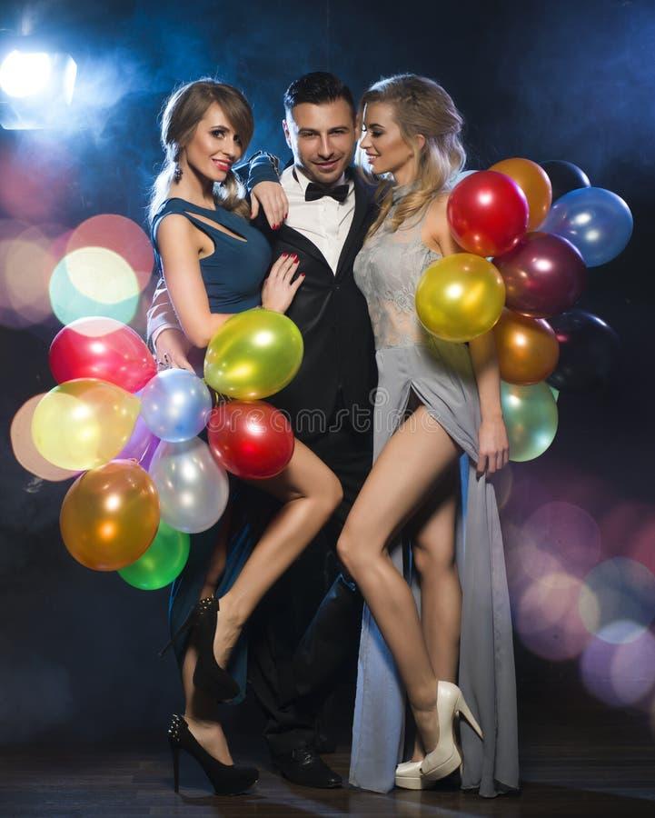Gelukkige mensen die de vooravond van het nieuwe jaar vieren royalty-vrije stock foto