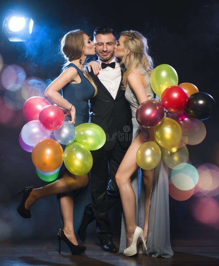 Gelukkige mensen die de vooravond van het nieuwe jaar vieren stock fotografie