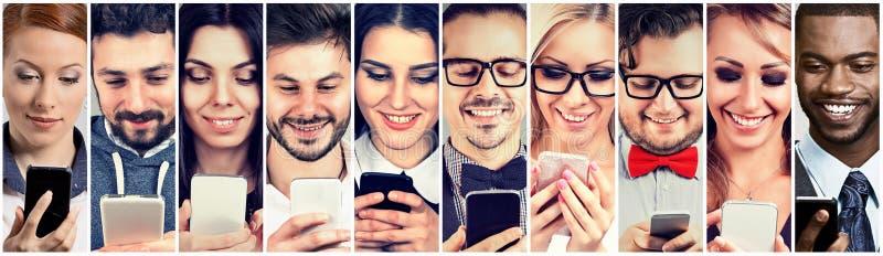 Gelukkige mensen die mobiele slimme telefoon met behulp van stock afbeeldingen