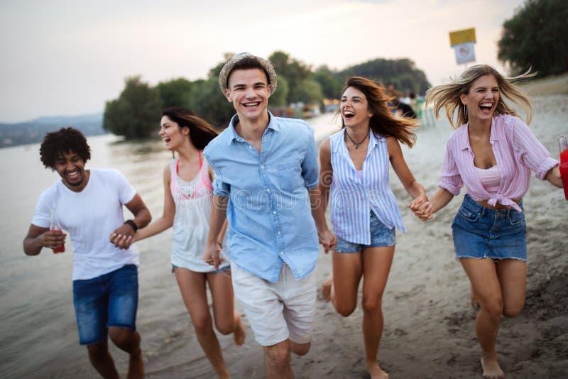 Gelukkige mensen die pret in de zomervakantie hebben Vrienden, vakantie, de zomerlevensstijl en de jeugdconcept stock fotografie