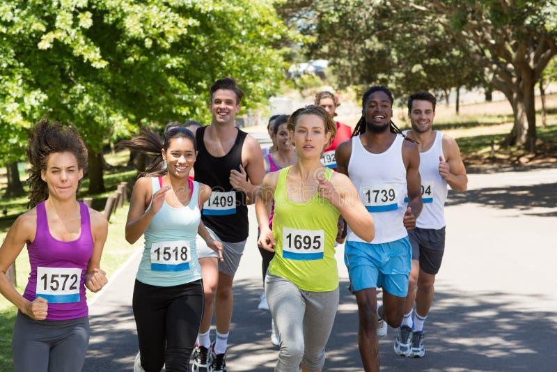 Gelukkige mensen die race in park in werking stellen royalty-vrije stock fotografie