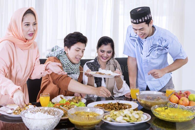 Gelukkige mensen die voedsel nemen tijdens onderbrekingen snel stock afbeeldingen