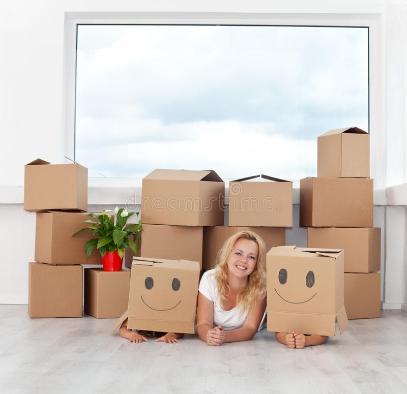 Gelukkige mensen in een nieuw huis stock fotografie