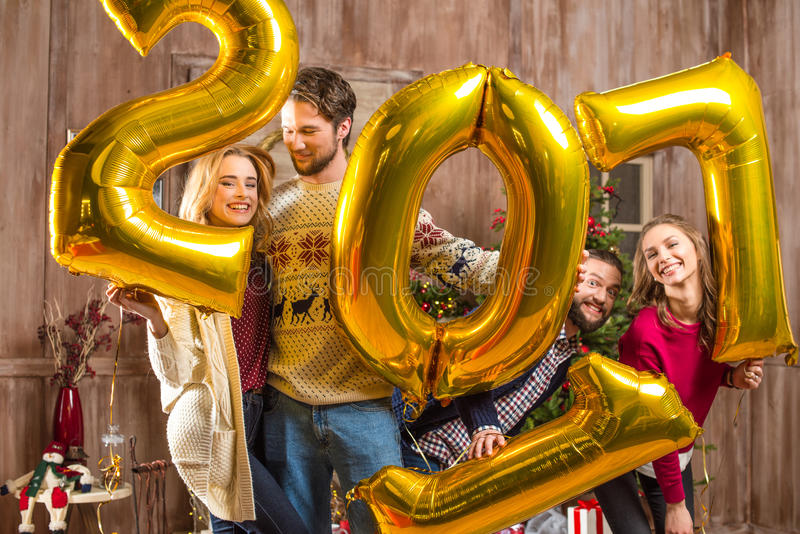 Gelukkige mensen met gouden ballons stock foto's
