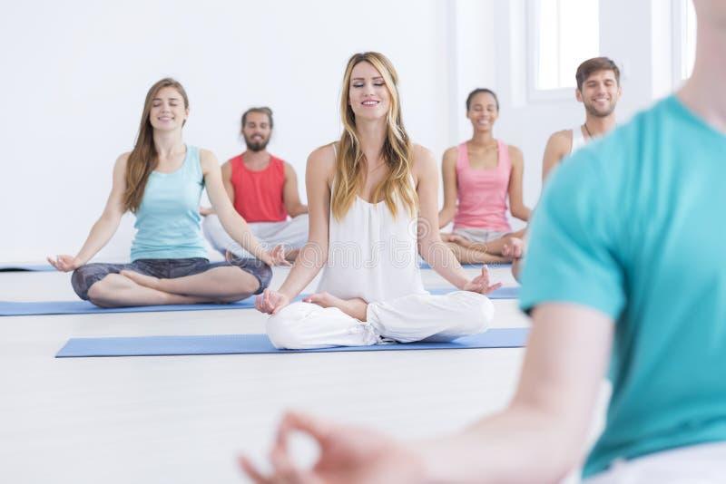 Gelukkige mensen op yogaklassen stock foto