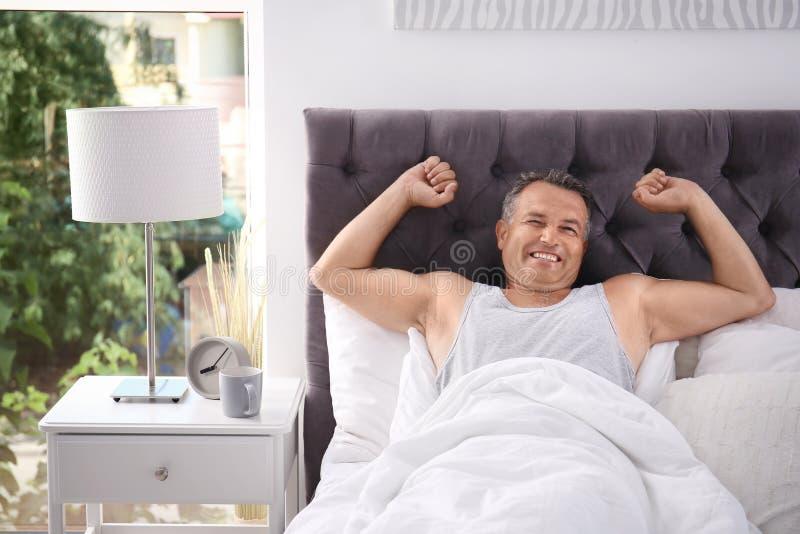 Gelukkige mensenontwaken na het slapen op comfortabel hoofdkussen stock foto