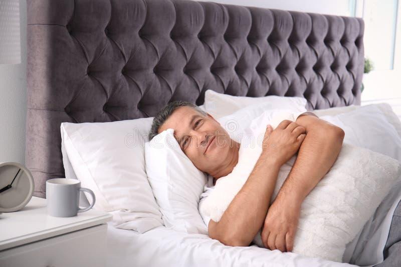 Gelukkige mensenontwaken na slaap royalty-vrije stock fotografie
