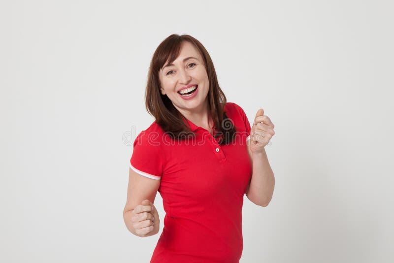 Gelukkige midden oude vrouw op witte achtergrond Rode lege T-shirt met exemplaarruimte royalty-vrije stock afbeeldingen