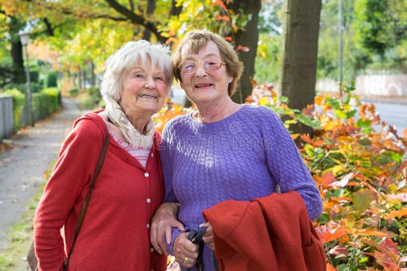 Gelukkige Midden Oude Vrouwen in Autumn Outfits stock fotografie