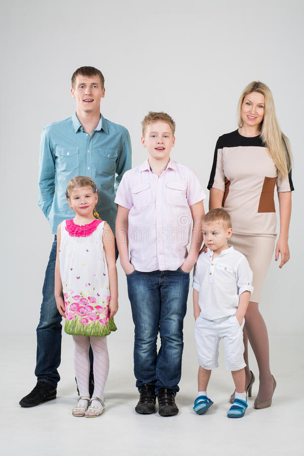 Gelukkige moderne familie van vijf mensen royalty-vrije stock foto