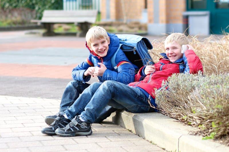 Gelukkige moderne jongens met mobiele telefoon stock fotografie
