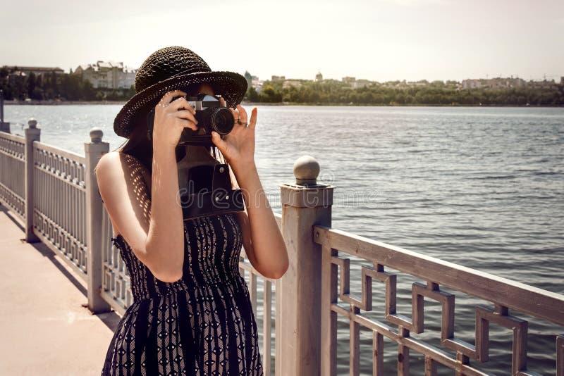 Gelukkige modieuze de fotocamera van de vrouwen hipster holding en het glimlachen bij royalty-vrije stock fotografie