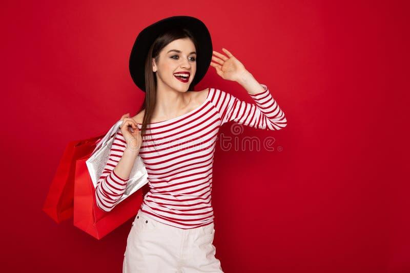 Gelukkige modieuze jonge dame met vele het winkelen pakken royalty-vrije stock afbeelding
