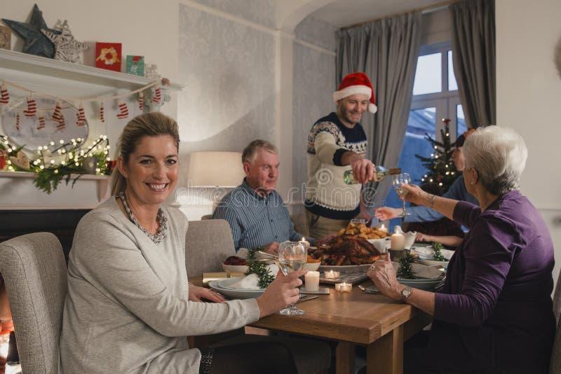 Gelukkige Moeder bij Kerstmisdiner royalty-vrije stock afbeeldingen