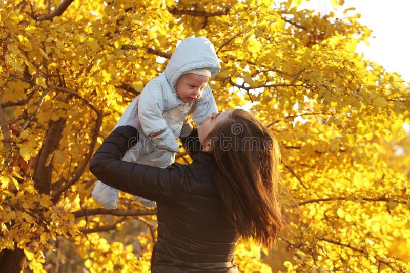 Gelukkige moeder die haar baby koesteren aan de zon royalty-vrije stock fotografie