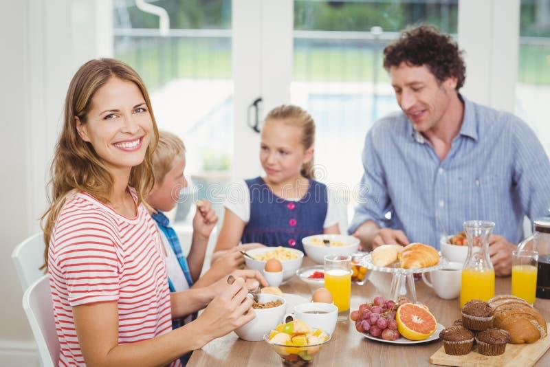 Gelukkige moeder die ontbijt met familie hebben bij lijst royalty-vrije stock foto
