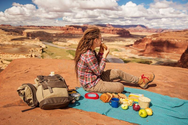 Gelukkige moeder die picknick hebben terwijl reis in aard stock foto's