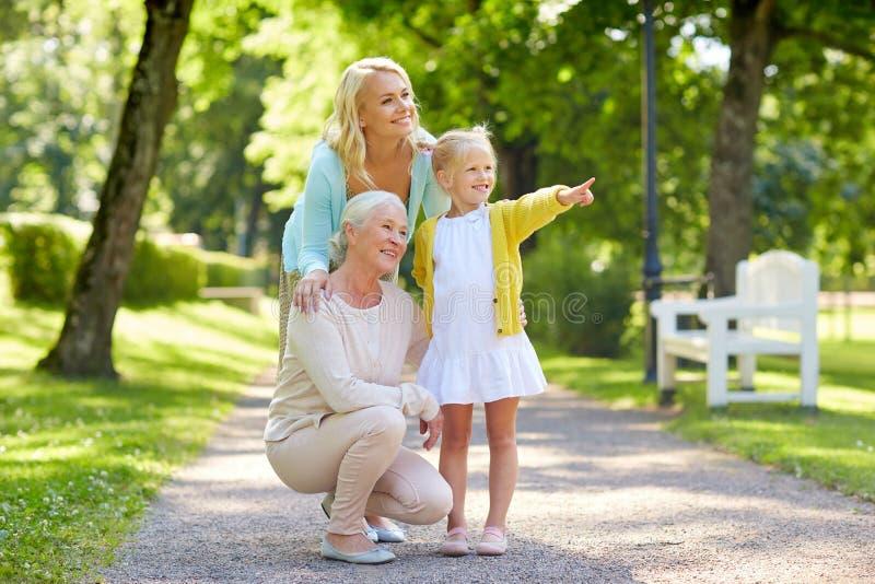 Gelukkige moeder, dochter en grootmoeder bij park stock foto