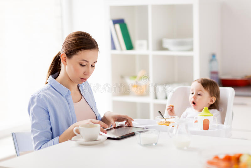 Gelukkige moeder en baby die ontbijt hebben thuis royalty-vrije stock foto