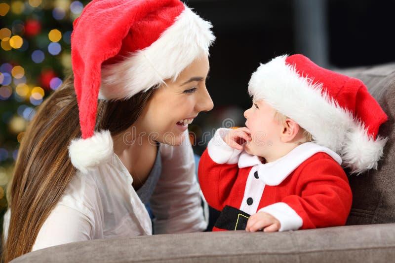 Gelukkige moeder en baby in Kerstmis stock foto's