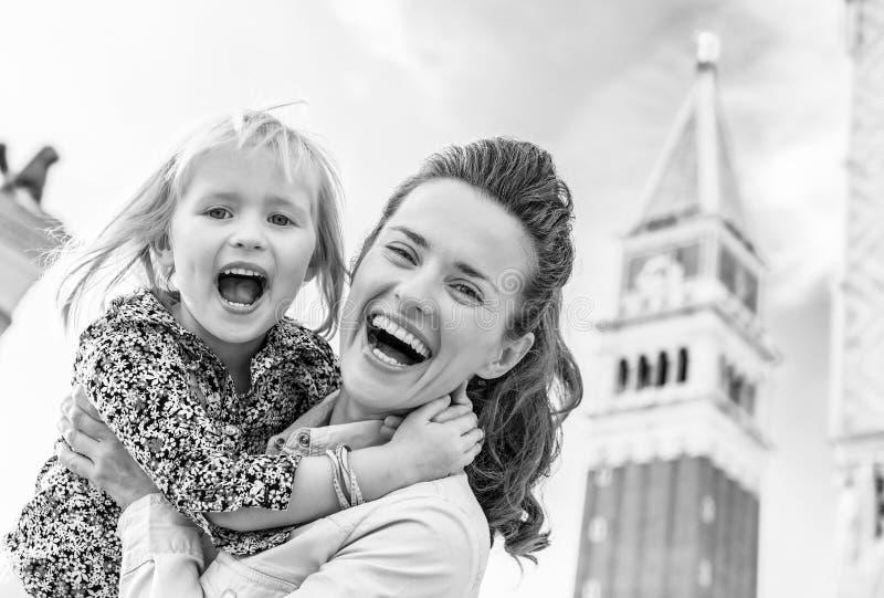 Gelukkige moeder en baby tegen campanile Di San marco in Venetië, stock foto