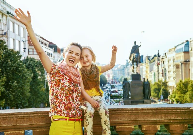 Gelukkige moeder en dochterreizigers in zich het verheugen van Praag royalty-vrije stock foto
