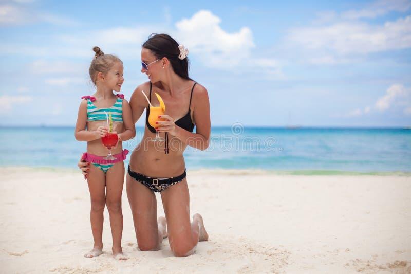 Gelukkige moeder en haar aanbiddelijke kleine dochter met royalty-vrije stock fotografie