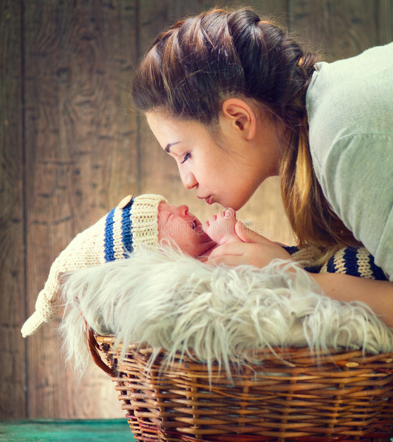 Gelukkige moeder en haar pasgeboren baby royalty-vrije stock foto