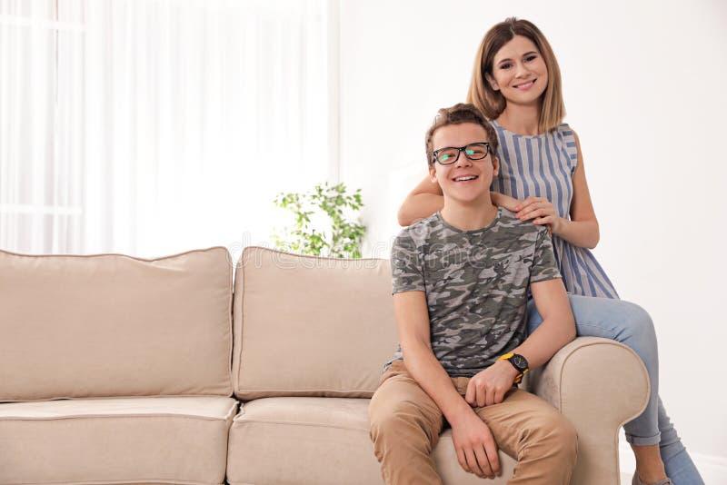 Gelukkige moeder en haar tienerzoon thuis stock foto's