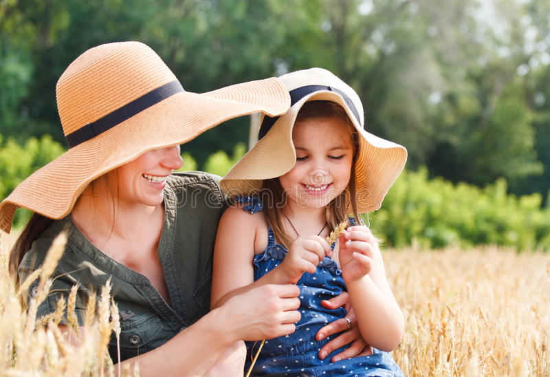 Gelukkige moeder en haar weinig dochter stock foto's