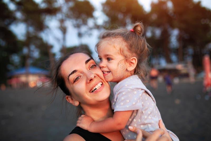 Gelukkige moeder en haar weinig dochter openlucht stock afbeelding