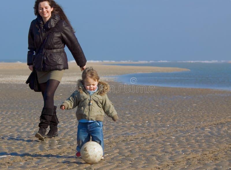 Gelukkige moeder en haar zoon op Th royalty-vrije stock foto's