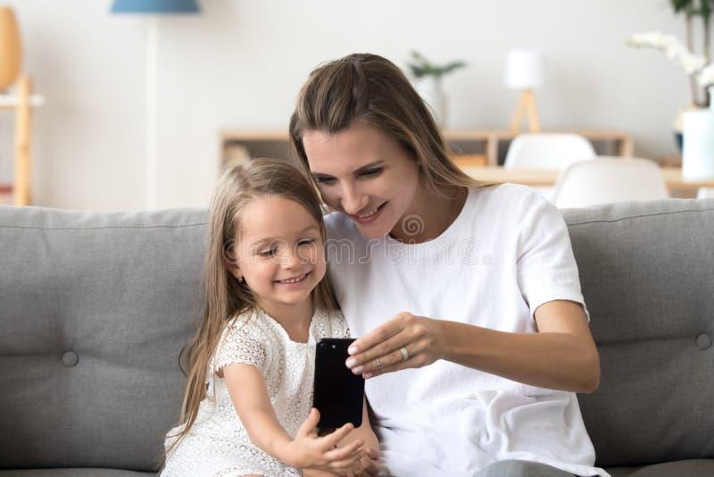 Gelukkige moeder en het leuke dochter het lachen nemen selfie op smartph royalty-vrije stock foto's