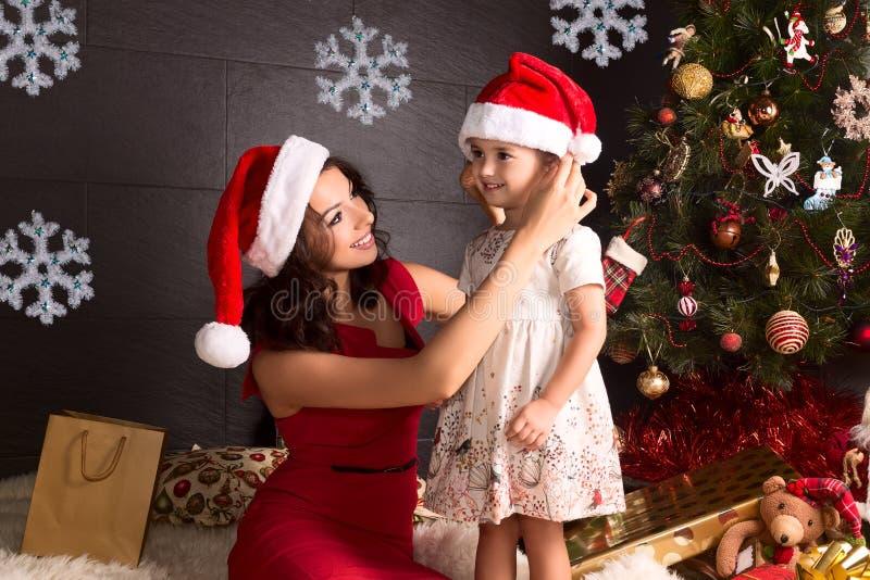 Gelukkige moeder en klein meisje met Kerstmis rond decoratie royalty-vrije stock foto's